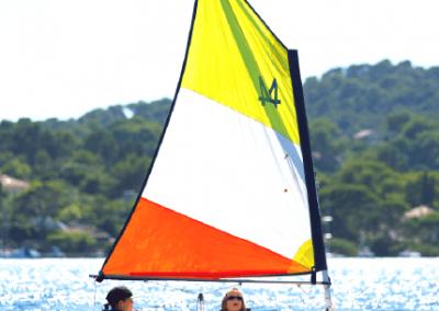 optimist-accueil-spinout-windsurf-almanarre-giens-hyeres-mer-france1-compressor